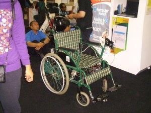 Kursi roda yang digerakkan dengan kepala